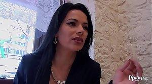 Cosmina, une of age sexy ferait tout pour le plaisir de son mari, même le tromper